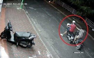 Video - Clip: Chở theo trẻ nhỏ, đôi nam nữ vẫn thản nhiên trộm xe