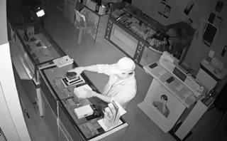 Video - Clip: Trộm đột nhập vào cửa hàng, cuỗm hàng chục điện thoại trong đêm