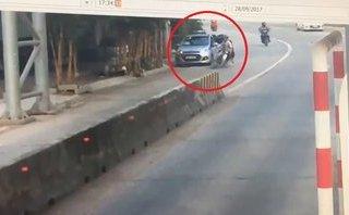 Video - Clip: Taxi mở cửa bất cẩn gây tai nạn cho người đi đường rồi bỏ chạy