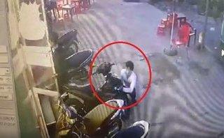 Video - Clip: Nam thanh niên táo tợn trộm Exciter ngay trước mặt bảo vệ