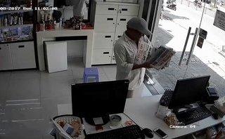 Video - Clip: Vờ bán báo, người đàn ông trộm iPhone trước mặt nạn nhân
