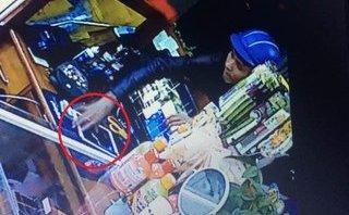 An ninh - Hình sự - Clip: Thanh niên trộm iPad chỉ trong 2 giây ở cửa hàng mỹ phẩm