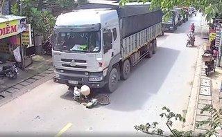 Mới- nóng - Clip: Cụ bà nhặt ve chai bị xe tải cán tử vong khi băng qua đường