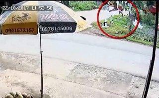 Xa lộ - Clip: Qua đường ray bất cẩn, người phụ nữ bị tàu hỏa tông trúng