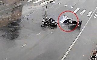 Xa lộ - Clip: Người phụ nữ bị tông văng khỏi xe khi đang băng qua đường