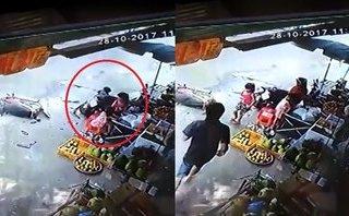 Xa lộ - Clip: Xe máy mất lái lao lên vỉa hè, 3 bé gái may mắn thoát chết