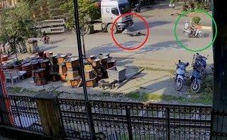 Xa lộ - Clip: Va chạm với xe máy, thanh niên bị container chèn qua người