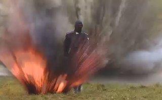 Mới- nóng - Clip: Cô gái gây sốc khi bình thản đi giữa bãi mìn