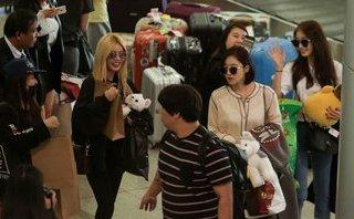 Giải trí - Clip: T-ara liên tục mỉm cười, vẫy tay chào fan sân bay Tân Sơn Nhất