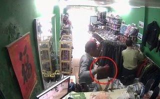 Hình sự - Clip: Nam thanh niên vờ mua hàng rồi trộm iPhone 6 Plus
