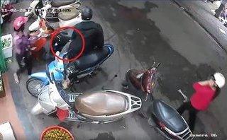 Mới- nóng - Clip: Cặp đôi dàn cảnh, cạy cốp xe trộm đồ trước cửa hàng hoa quả