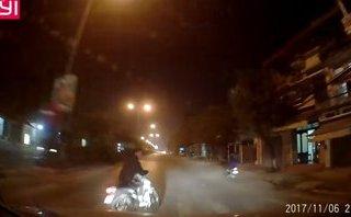 Xa lộ - Clip: Qua đường không quan sát, thanh niên suýt chết trước đầu ôtô
