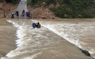 Mới- nóng - Clip: Cố băng qua cầu tràn, bốn người bị nước lũ cuốn trôi