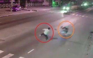 Xa lộ - Clip: Người đàn ông đi bộ sang đường bị xe máy tông bất tỉnh