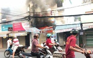 Mới- nóng - Clip: Dùng xe tải tông sập cửa cứu người trong căn nhà đang cháy