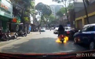 Xa lộ - Clip: Khoảnh khắc xe máy bốc cháy dữ dội khiến 2 cô gái phải bỏ chạy