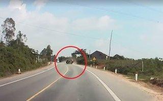 Xa lộ - Ô tô mất lái lộn 2 vòng trên đường, tài xế may mắn thoát chết