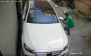Hình sự - Clip: Ca sĩ Tố Ny bị trộm vặt gương chiếu hậu xe Mercedes