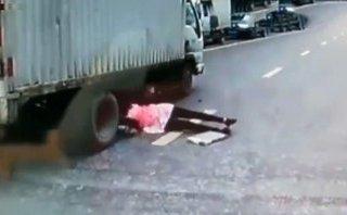 Xa lộ - Clip: Trượt ngã vào gầm xe tải, người phụ nữ thoát chết thần kỳ