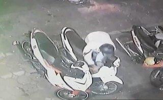 Hình sự - Clip: Trộm ngang nhiên bẻ khóa, cuỗm xe máy giữa phố Hà Nội