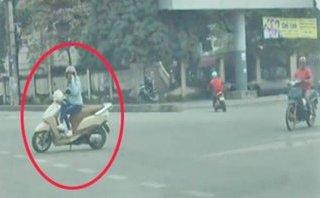 Mới- nóng - Clip: Nữ 'ninja Lead' dựng xe, ngồi 'buôn' điện thoại giữa ngã tư
