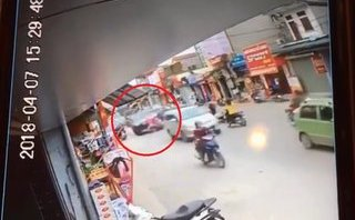 Xa lộ - Clip: Khoảnh khắc ô tô tông trúng 2 xe máy khiến bé 7 tuổi tử vong
