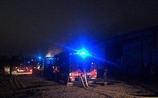 Tin nhanh - Lửa bùng cháy dữ dội tại nhà kho, nhiều người may mắn thoát chết
