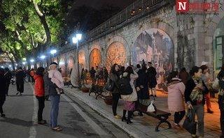 Văn hoá - Người dân Hà thành thích thú ngắm các bức họa trên phố Phùng Hưng