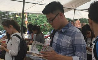 Văn hoá - Giới trẻ thích thú với hội sách cũ lớn nhất tại Hà Nội