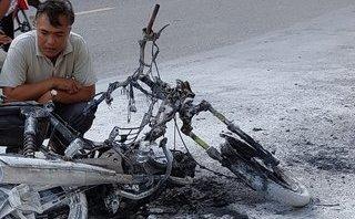 Tin nhanh - Xe máy bốc cháy trên đường, một phụ nữ may mắn thoát nạn