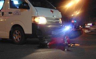Tin nhanh - Xe cứu thương chở bệnh nhân đi cấp cứu tông vào xe máy trong đêm