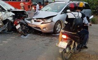 Sóc Trăng: 2 ôtô 7 chỗ tông bẹp xe máy, 9 người bị thương