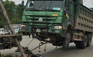 Tin nhanh - Xe tải đâm xe máy tại ngã tư, 1 người tử vong  tại chỗ