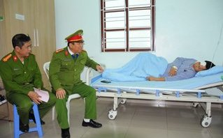 An ninh - Hình sự - Động viên, khen thưởng Phó trưởng Công an phường bị đâm trọng thương