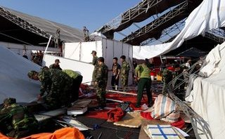 Tin nhanh - Quảng Ninh: Lốc xoáy làm tan hoang hội chợ, 2 người bị thương