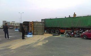 Tin nhanh - Hải Dương: Xe container ôm cua gấp, hàng chục tấn cám đổ tràn ra đường