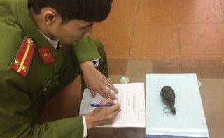 Tin nhanh - Quảng Ninh: Trên đường đi làm về nhặt được lựu đạn