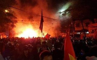 Xã hội - Hải Phòng: Người dân vẫn đốt pháo sáng ăn mừng trước nỗ lực của U23 Việt Nam