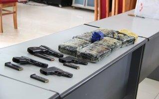 Pháp luật - Bắt 5 đối tượng, thu 2 súng và hàng chục ngàn viên ma túy