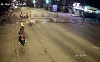 """Sau vô lăng - [VIDEO] Chạy với tốc độ """"bàn thờ"""", xe máy tông sập rào chắn đường tàu"""