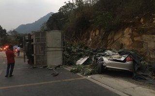 Video xe - Vừa ra khỏi showroom, Toyota Vios nát bét sau va chạm kinh hoàng với xe tải