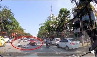 Sau vô lăng - [VIDEO] Ô tô con 'toác đầu' sau cú va chạm cực mạnh với xe máy