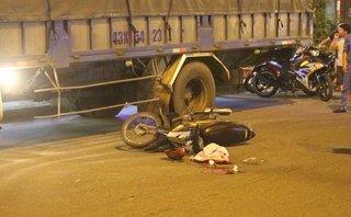 Tin nhanh - Tông vào xe tải đỗ bên đường, nam thanh niên nhập viện nguy kịch