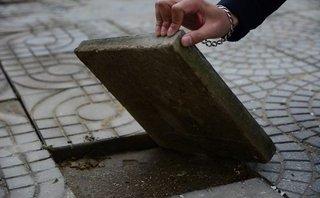 Xã hội - Vỉa hè APEC: Sau 3 tháng đã hư hỏng, tay không vô tư bóc gạch