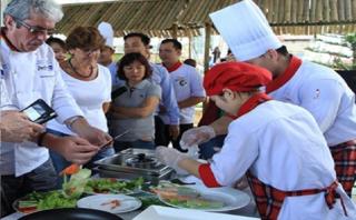 Văn hoá - 12 bếp trưởng danh tiếng trên thế giới đến Hội An...đi chợ, nhặt rau