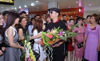 Giải trí - NTK áo dài dát vàng được chào đón tại sân bay khi trở về từ New York