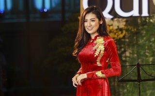 Giải trí - Á hậu Dương Tú Anh đẹp lộng lẫy với áo dài dát vàng trị giá 330 triệu đồng