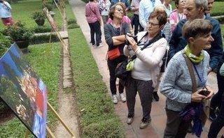 Văn hoá - Bản sắc Việt bừng sáng Văn Miếu hút hồn khách du lịch nước ngoài