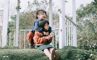 Cộng đồng mạng - Tan chảy với bộ ảnh hai 'thiên thần' nhỏ nhí nhảnh giữ vườn hoa