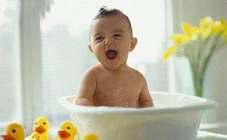 Gia đình - Tắm gừng trị ho, sổ mũi cho trẻ: Rước họa vì chữa bệnh truyền miệng